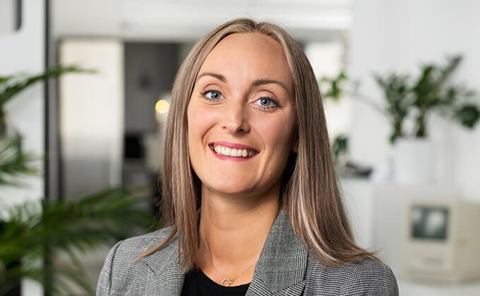 Image for En kvinna med vackert leende och blå ögon som tittar in i kameran