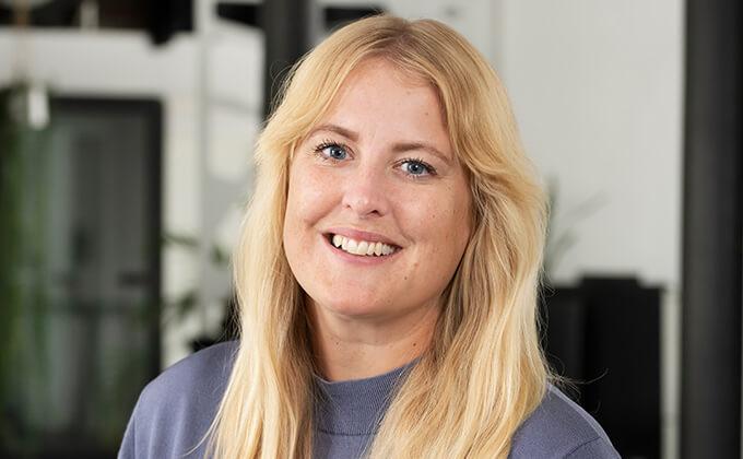 Image for Mycket glad blond kvinna som tittar in kameran.
