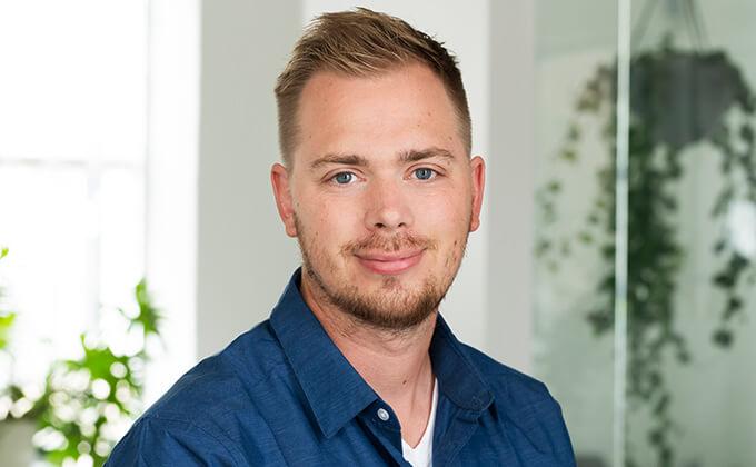 Image for En man med blont hår, blå ögon och blå skjorta.