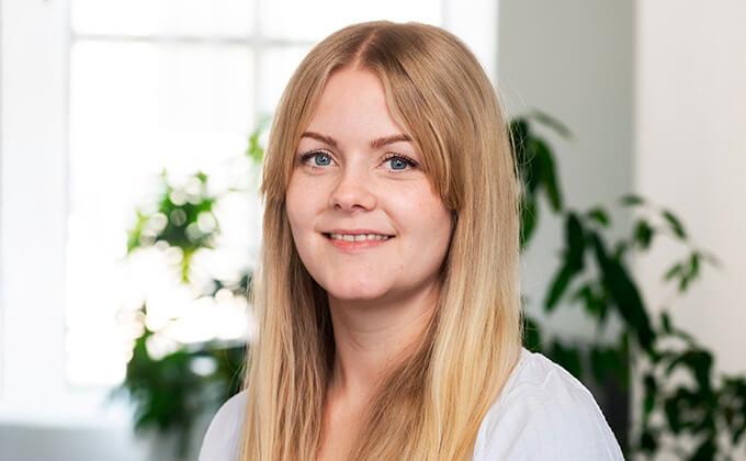 Image for En blond kvinna med vacker leende, långt hår och blå ögon.